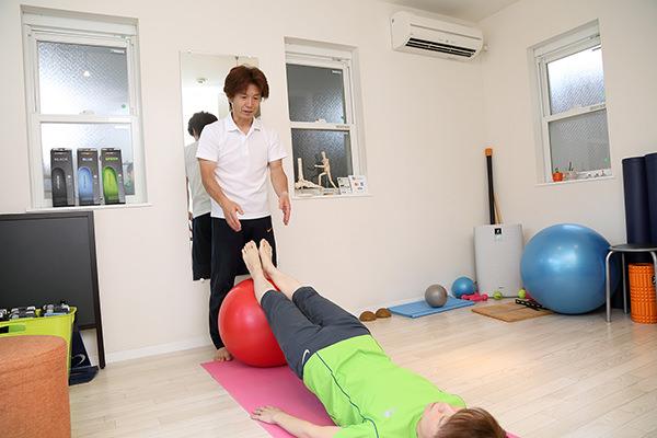 腰痛ストレッチやトレーニング、専用の道具を使って改善を図ります